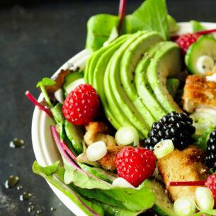 Insalata con avocado, frutti di bosco e bocconcini di pollo