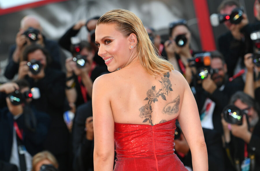 Venezia 76: Scarlett Johansson, sirena rock sul red carpet