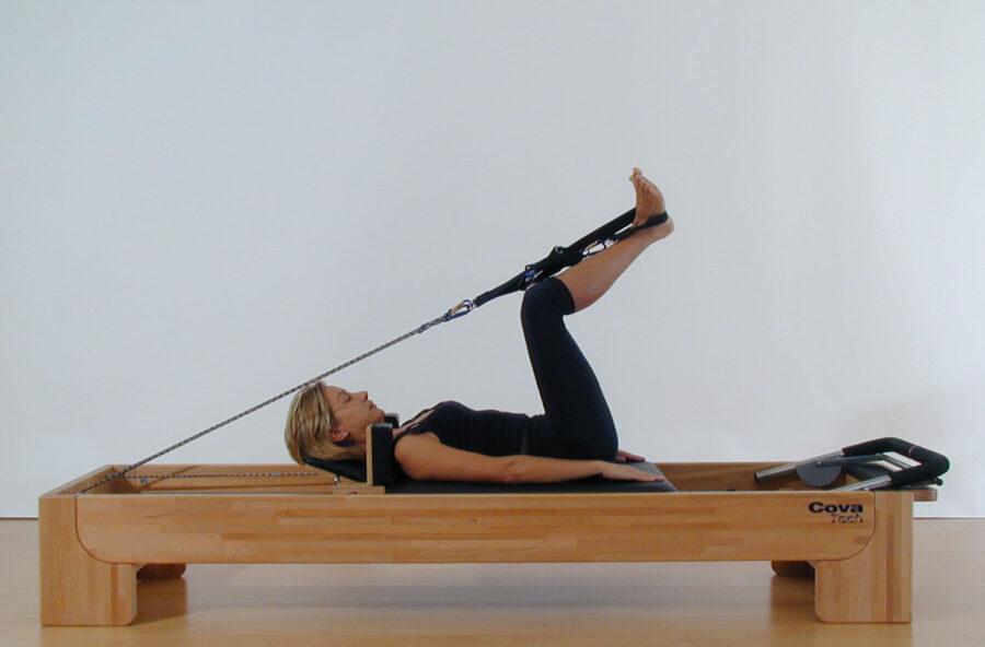 Pilates: modella l'interno coscia facendo la Rana sul Reformer