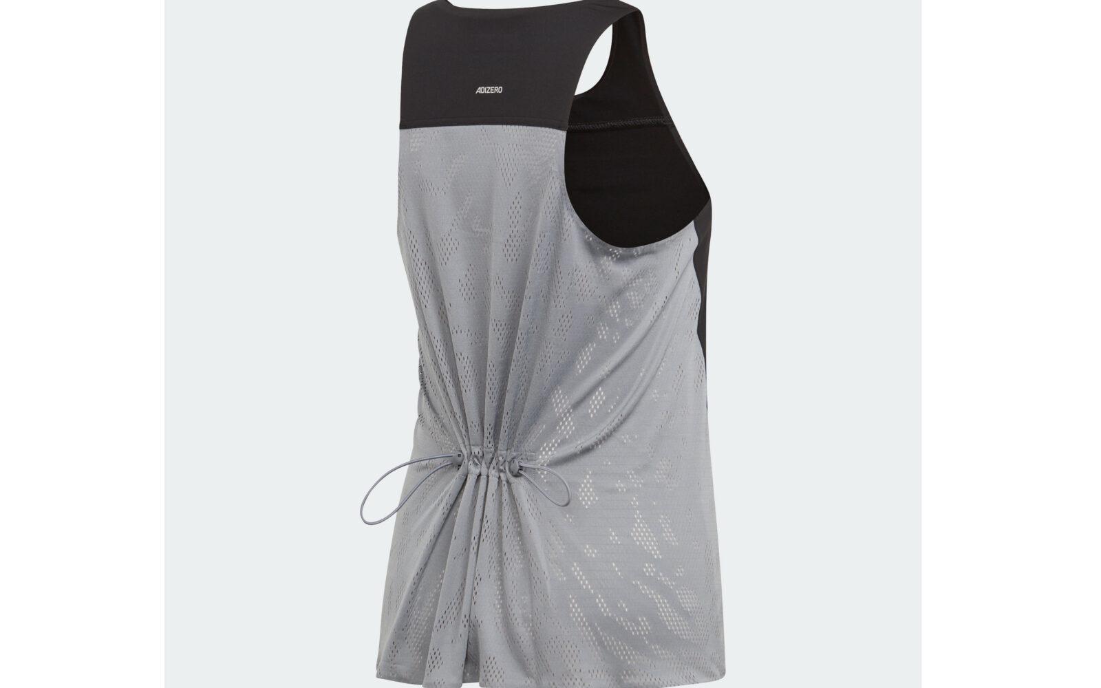 Adidas by Stella McCartney canotta Run, in jersey elasticizzato (80% poliestere riciclato per ridurre le emissioni e il consumo di risorse), girovita regolabile con vezzoso cordino, tecnologia di ventilazione ClimaCool. Euro 79,95.