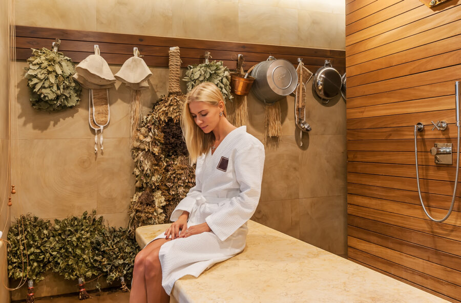 Bella nella sauna russa