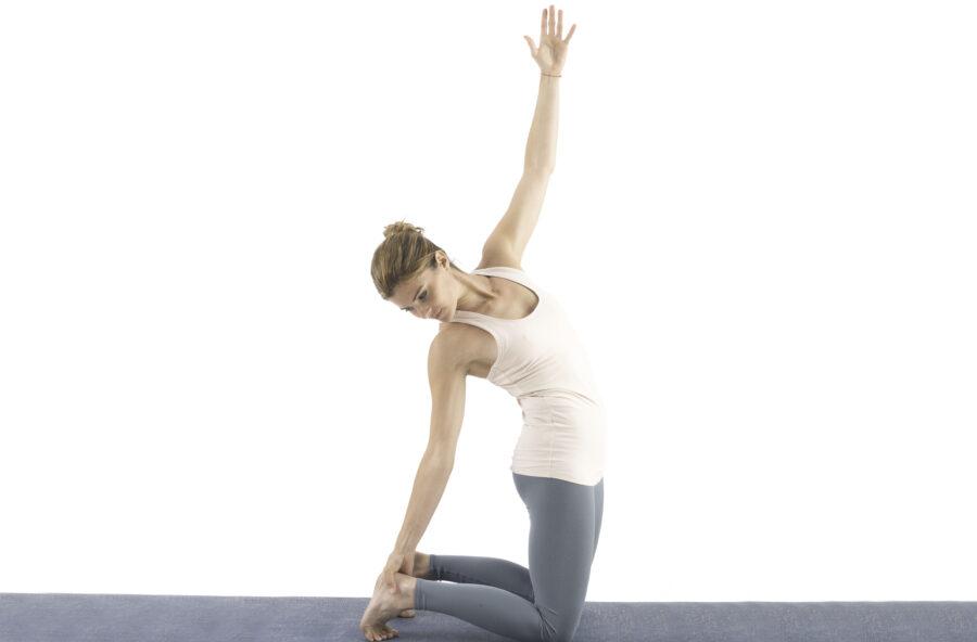 Yoga: addio ai dolori del ciclo con il Cammello dinamico