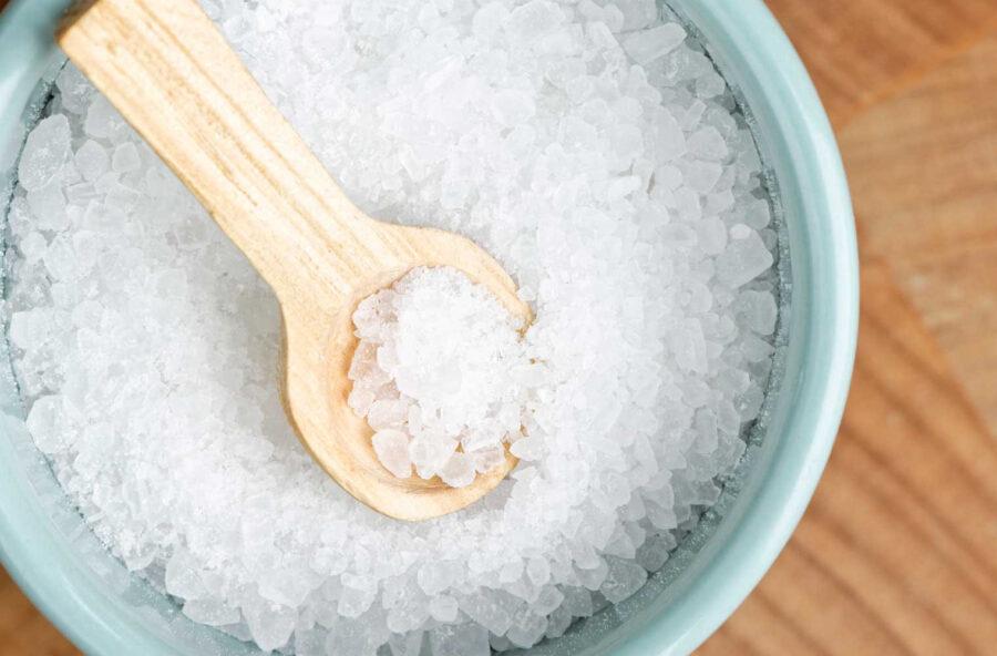 Impacchi caldi di sale: contro infiammazioni e sciatalgia scegli gli antidolorifici naturali