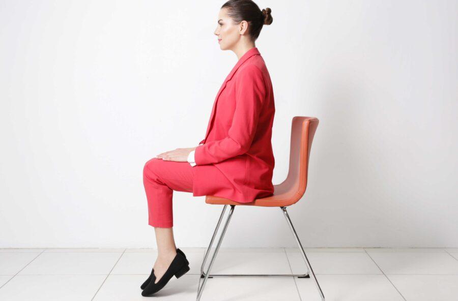 Passi molte ore seduta alla scrivania? Migliora la postura con un esercizio Feldenkrais