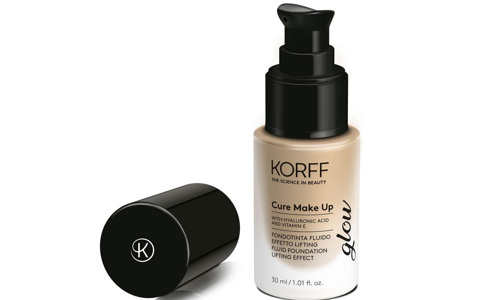 La pelle è impeccabile e luminosa con il nuovo Fondotinta Fluido Effetto Lifting Glow della linea Cure make up di Korff (farmacia, 39 euro).