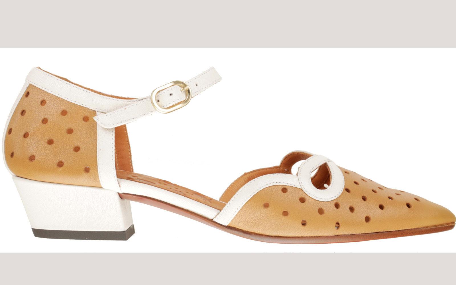 Chie-Mihara Ballerine a punta in morbida pelle traforata color caramello con profili e tacco bianco a contrasto. Dettaglio cinturino alla caviglia. 281  euro