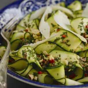 Insalata di zucchine con menta, peperoncino e nocciole