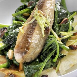 Sgombro con spinaci, pinoli e pane carasau