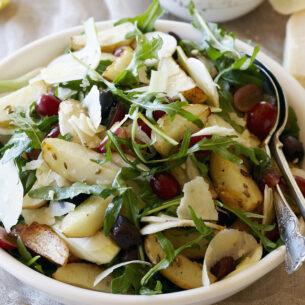 Insalata autunnale con uva, formaggio e semi di finocchio