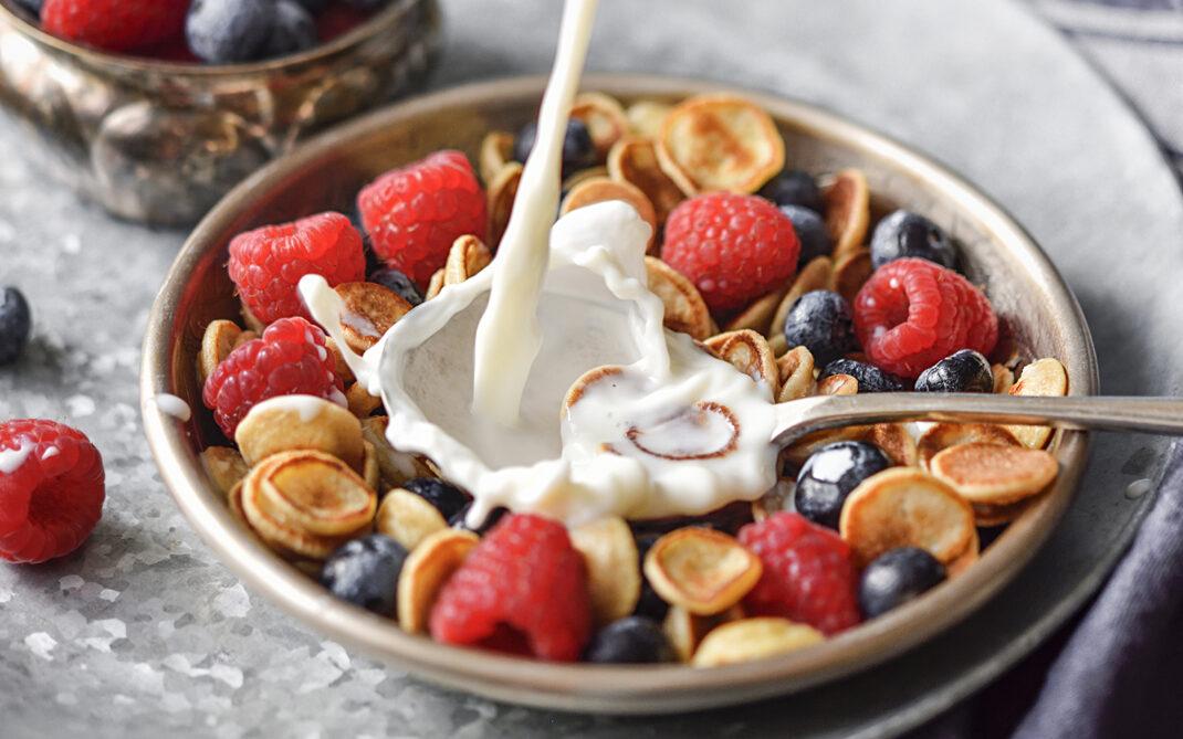 cereali di pancakes e frutti di bosco