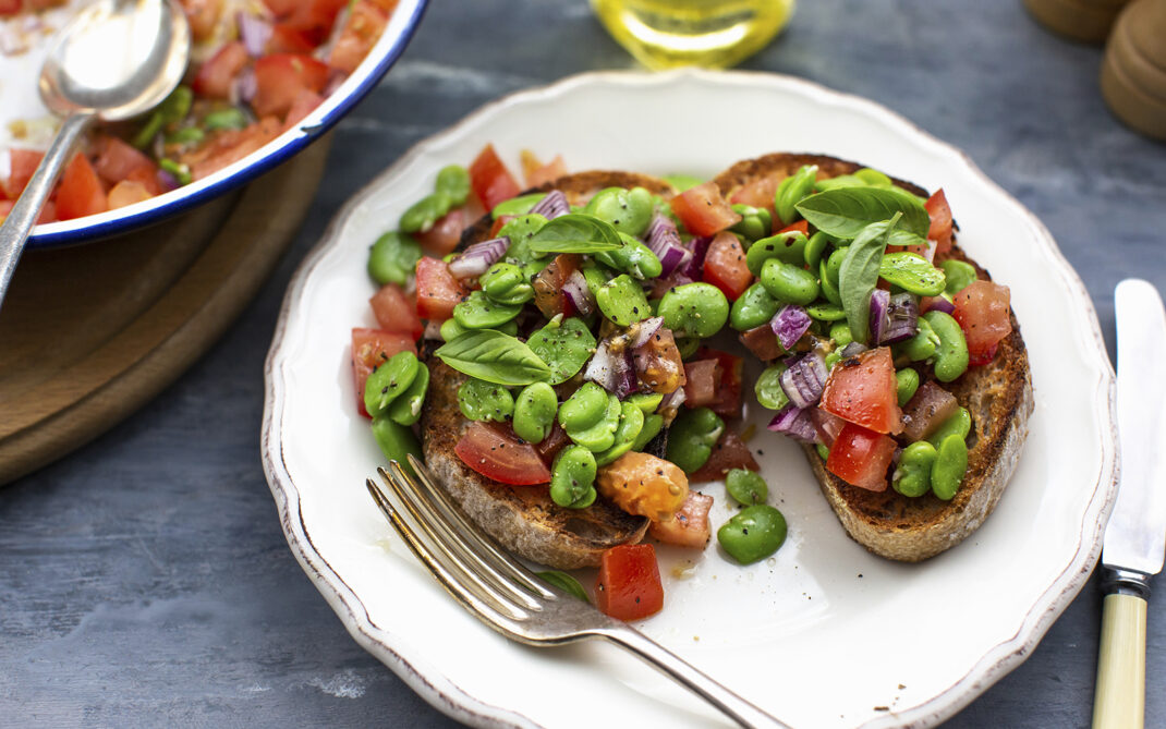 bruschette pomodori fave e cipolle